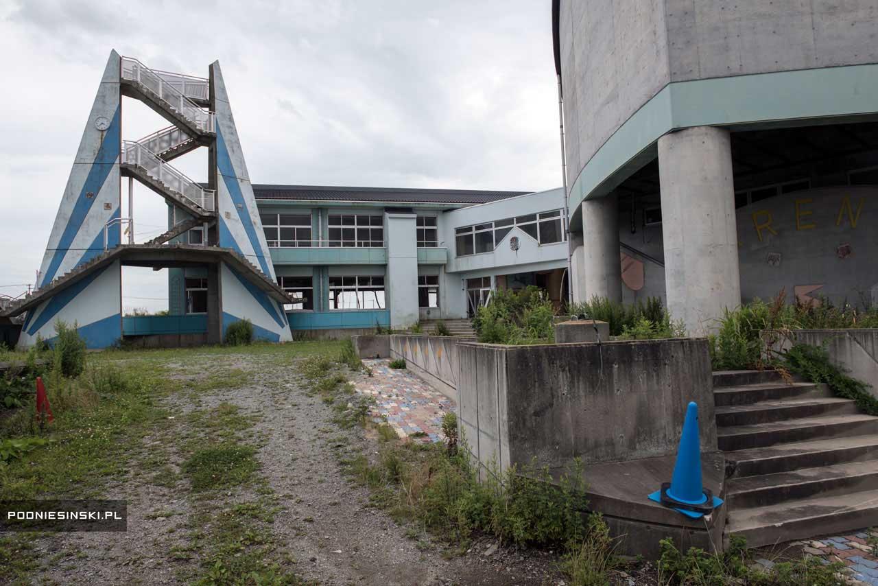 Escola primária situada a 300 metros do mar. Na torre e nas salas de aula, há relógios que pararam no exato momento que o tsunami passou