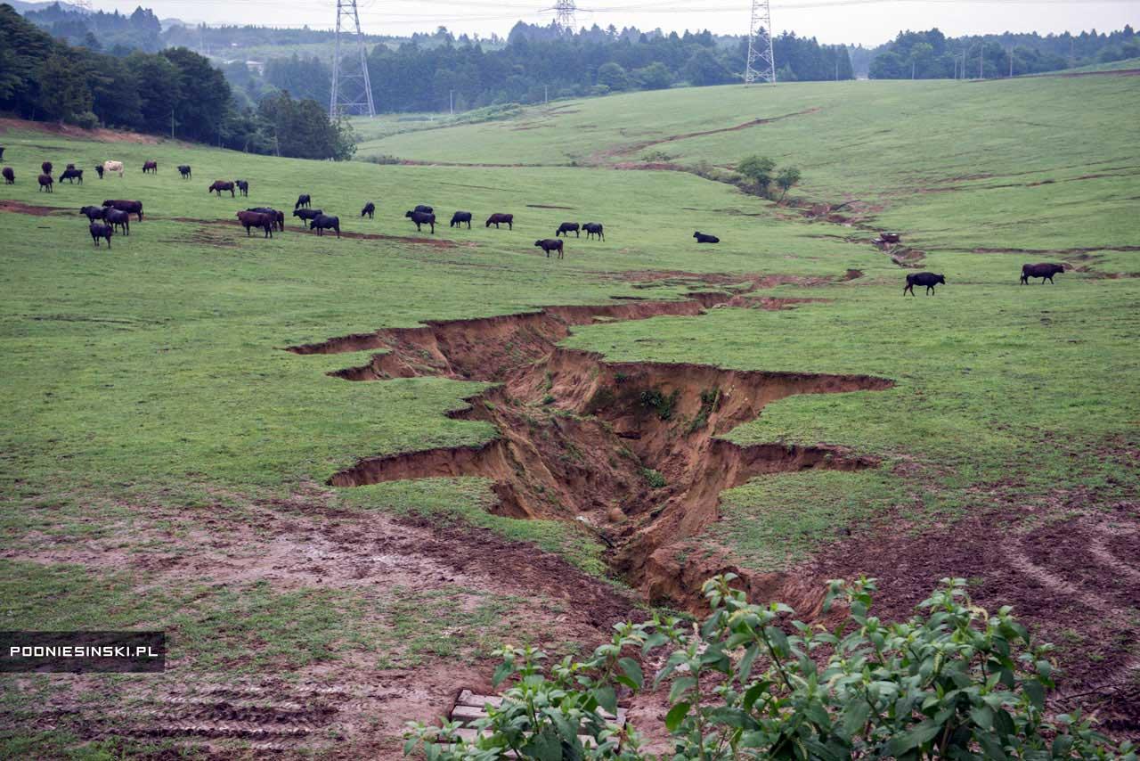 Rachaduras no solo causadas pelo terremoto