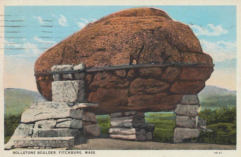 Cartão postal da Rollstone Boulder, Fitchburg, Massachusetts de 1909 | Crédito da foto