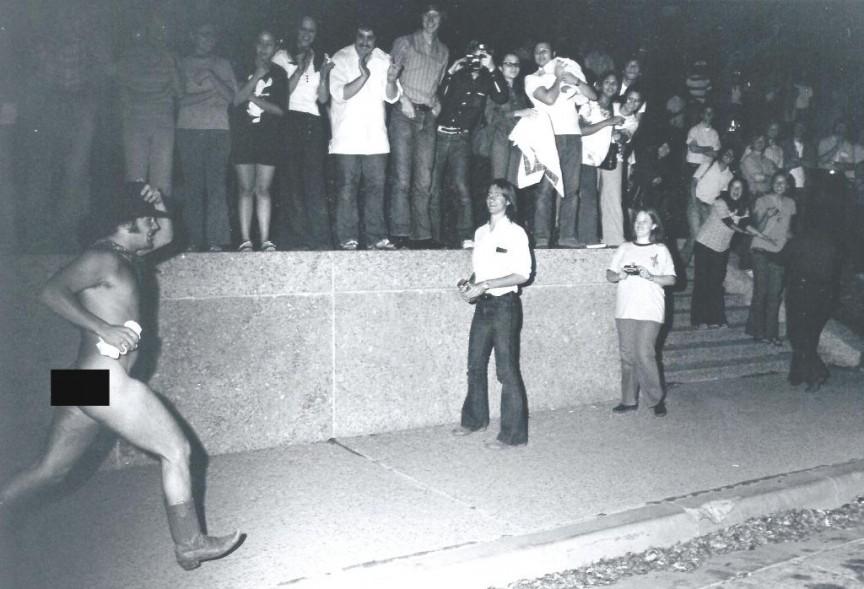 Muitos acreditam que a moda do streaking atual nasceu com esse homem, vestido apenas com botas e chapéu de cowboy nas ruas da Universidade do Texas, em 1974