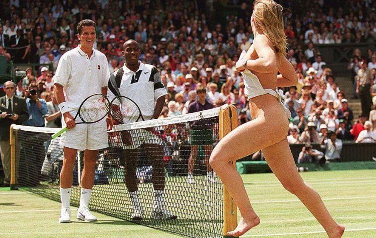 Melissa Johnson, estudante de 23 anos se tornou a primeira streaker em Wimbledon em 1996, durante a partida final entre MaliVai Washington e Richard Krajicek
