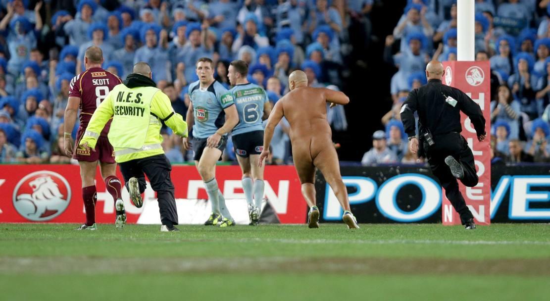 Wati Holmwood, provavelmente o streaker mais conhecido da Austrália. Imagem durante jogos State of Origin em Sydney, entre New South Wales e Queensland, em janeiro de 2014. Para dificultar a sua captura, Wati passou vaselina no corpo.