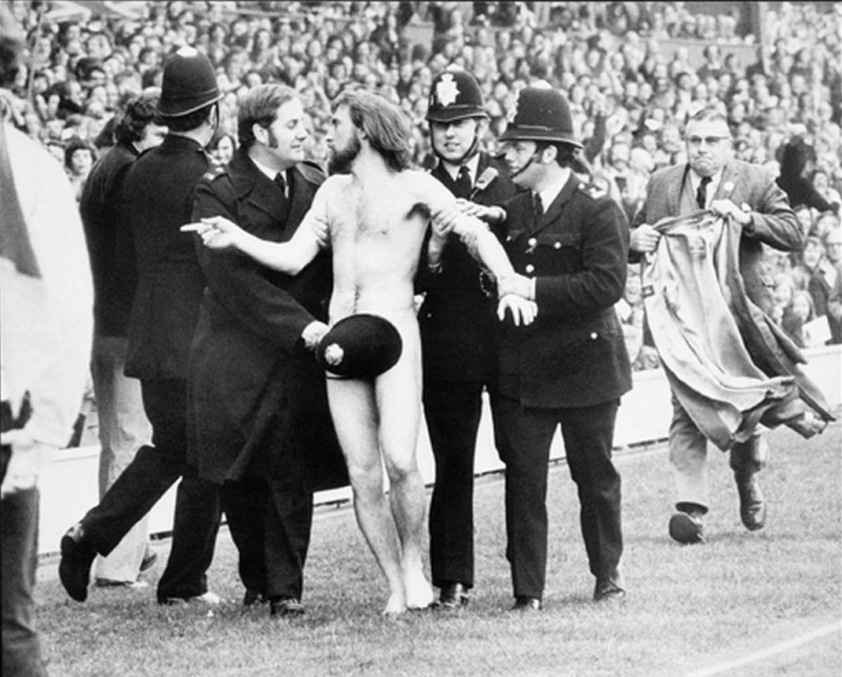 """Michael O'Brien em 1974, durante uma partida de rugby entre Inglaterra e França. Mais tarde, esta fotografia se tornou a """"Picture of the Year"""" pela revista Life."""