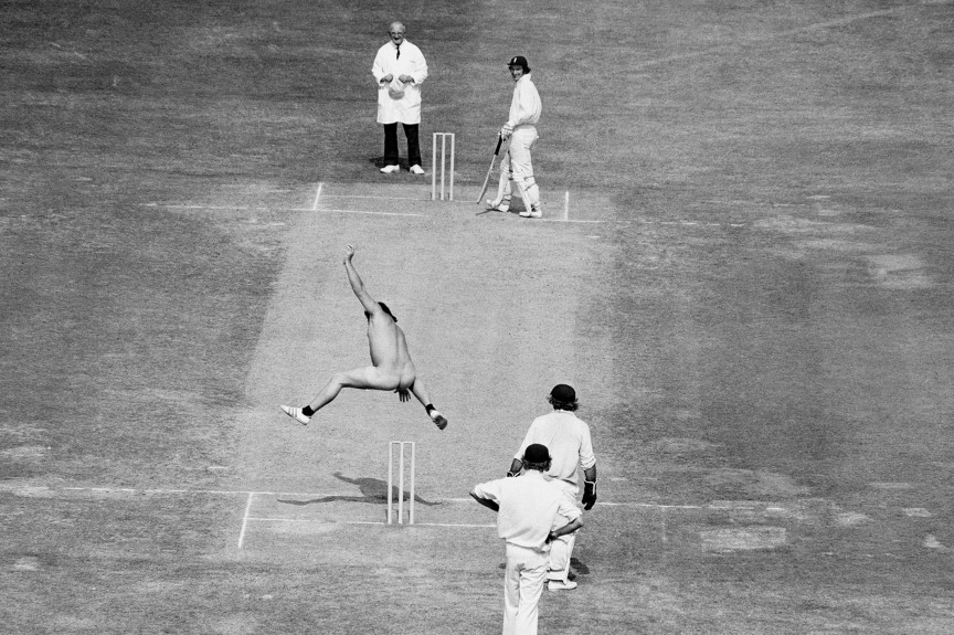 Michael Angelow pagando uma aposta, durante partida de cricket entre Austrália e Inglaterra
