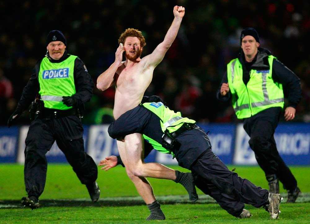 Durante jogo de rugby britânico entre Irish Lions X Manawatu em 2005. O streaker continuou falando ao celular, enquanto a polícia tentava prende-lo.