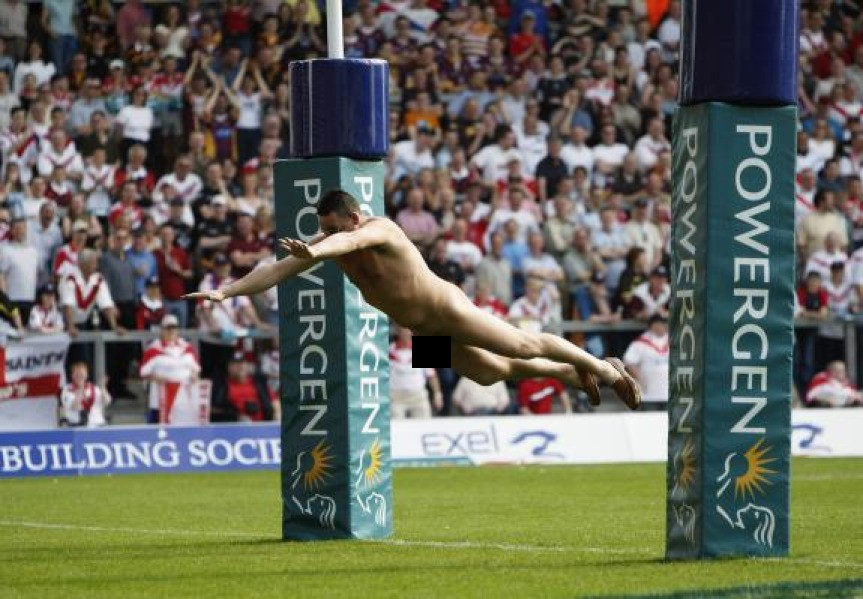 Durante as semifinais de rugby do Challenge Cup entre St. Helens e Huddersfield, no The Jones Stadium Halliweell, em abril de 2004, em Warrington, na Inglaterra
