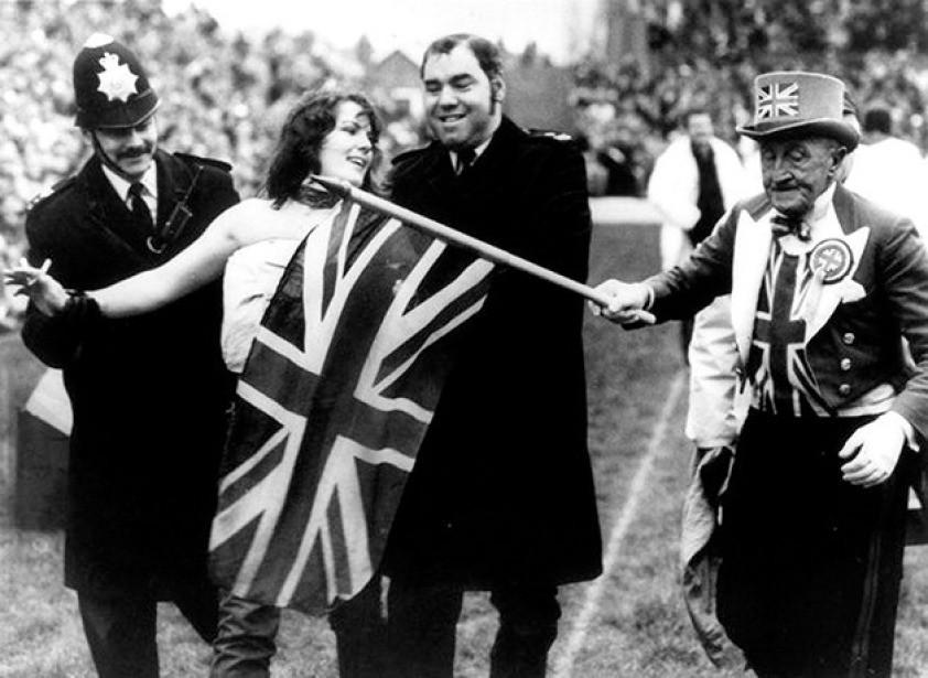 Erica Roe, sendo presa, apenas por correr de topless em Twickenham, durante jogo de rugby entre Inglaterra e Austrália
