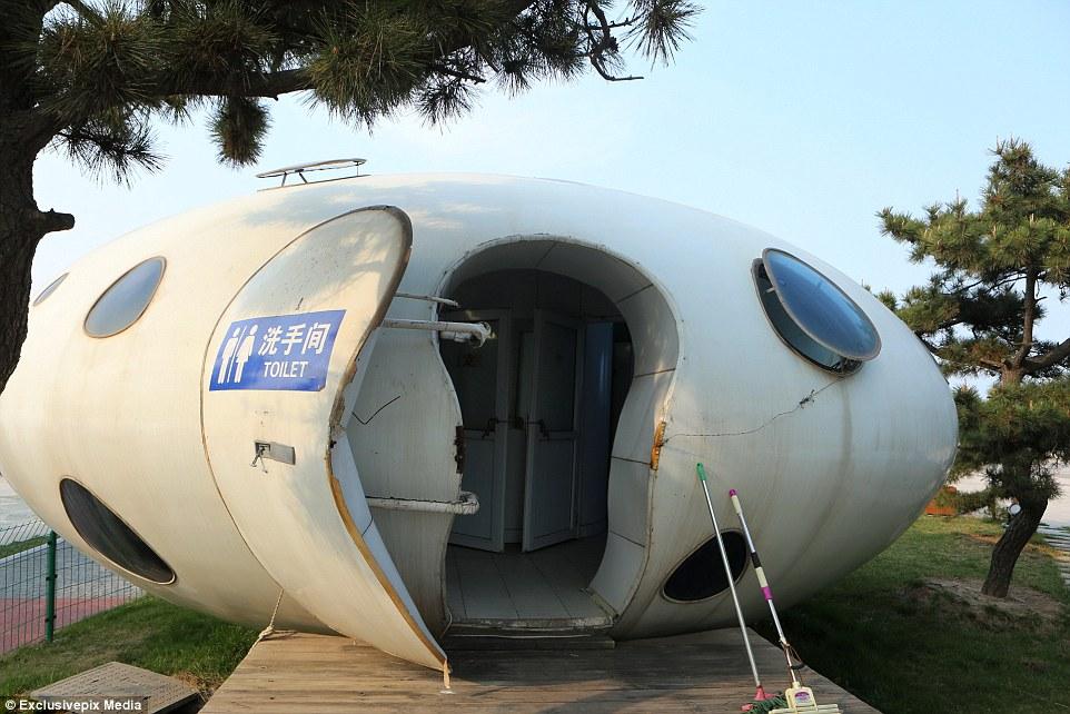 Fora deste mundo: Um banheiro público em forma de UFO é visto em um local pitoresco em Rizhao, Shandong