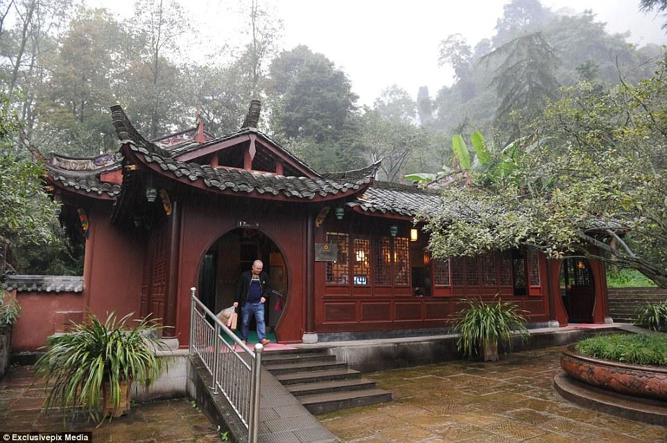 Opulência tradicional: Um banheiro público cinco estrelas no resort de montanha Qingcheng em Chengdu, Sichuan