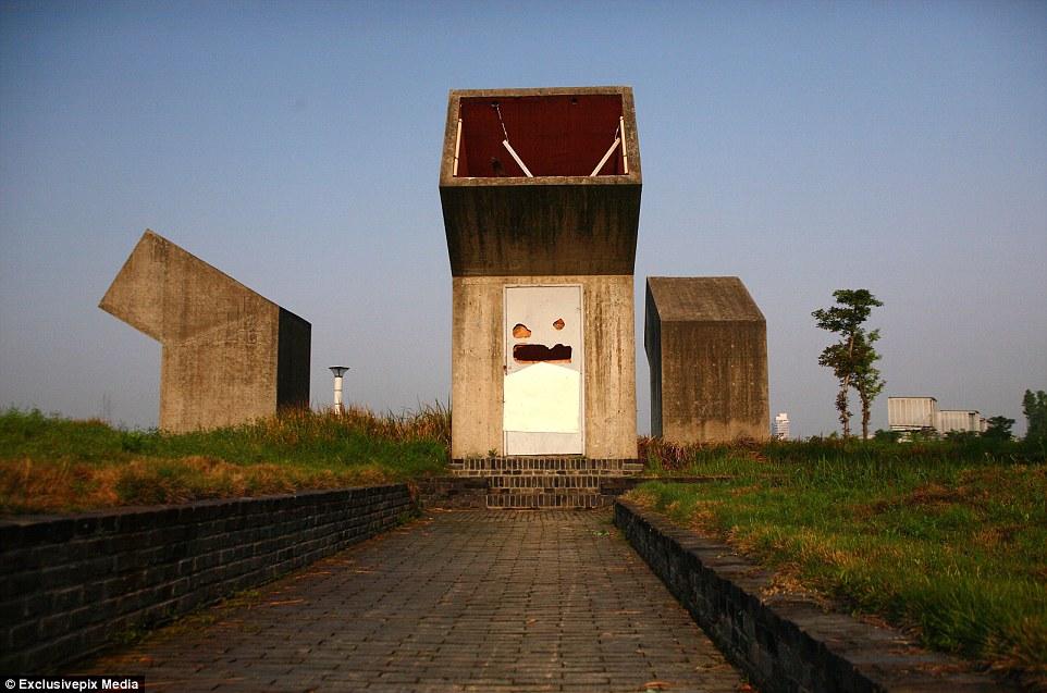 Arte Moderna: Um banheiro público parecido com um periscópio pode ser encontrado em Jinhua, Província de Zhejiang China