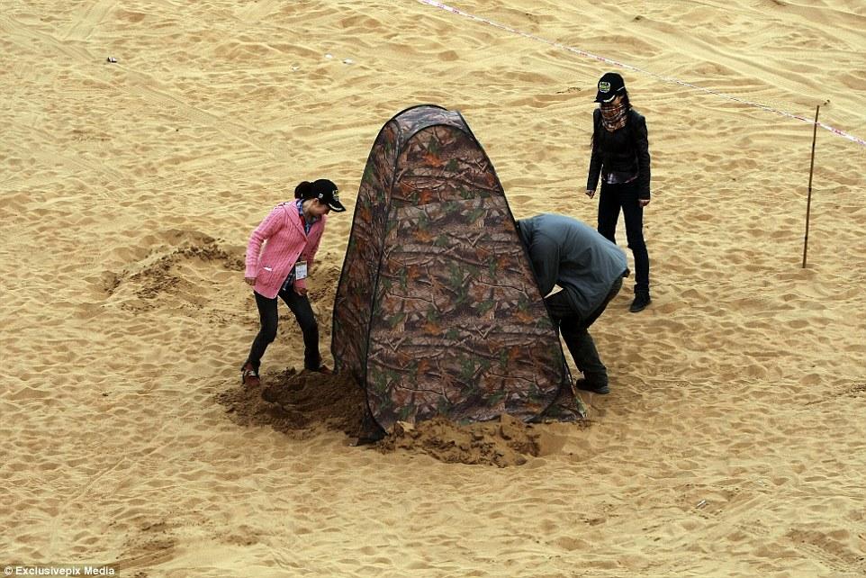Natureza selvagem: Pessoas instalam um banheiro no deserto em Alxa League, Inner Mongolia