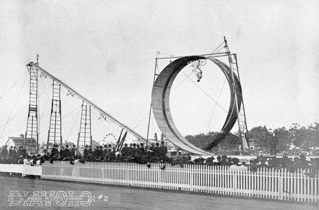 Um dos primeiros shows utilizando uma bicicleta, com um dublê fazendo um looping em 1905
