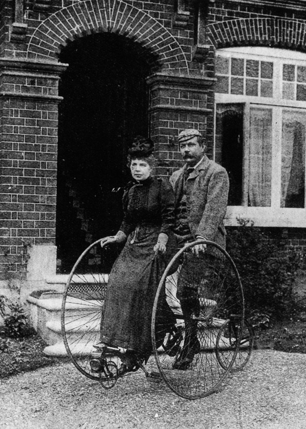 Sir Arthur Conan Doyle e sua esposa andar de triciclo tandem