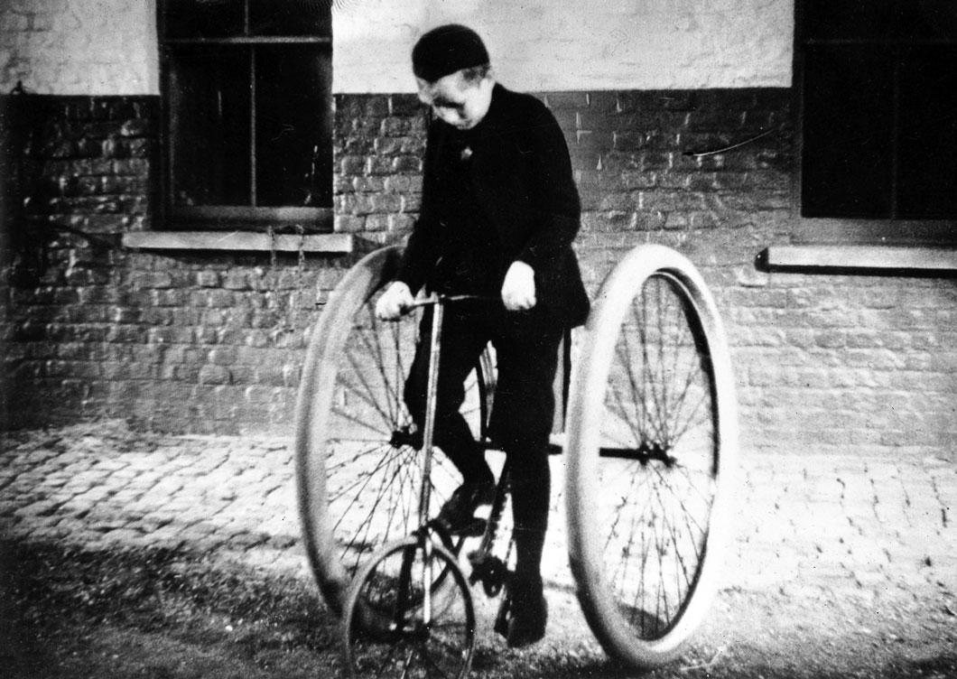 Um triciclo com pneus de borracha inflado construídos por John Boyd Dunlop, fundador da Rubber Company Dunlop.
