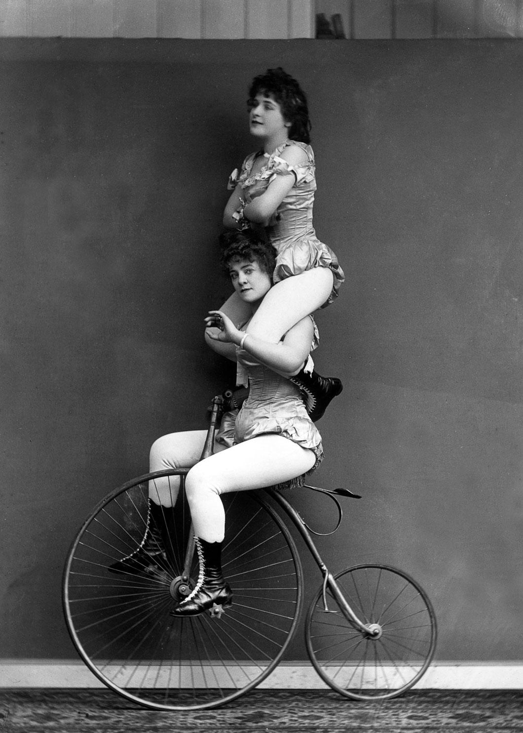 Mulheres se equilibrando em uma Penny-farthing em 1891