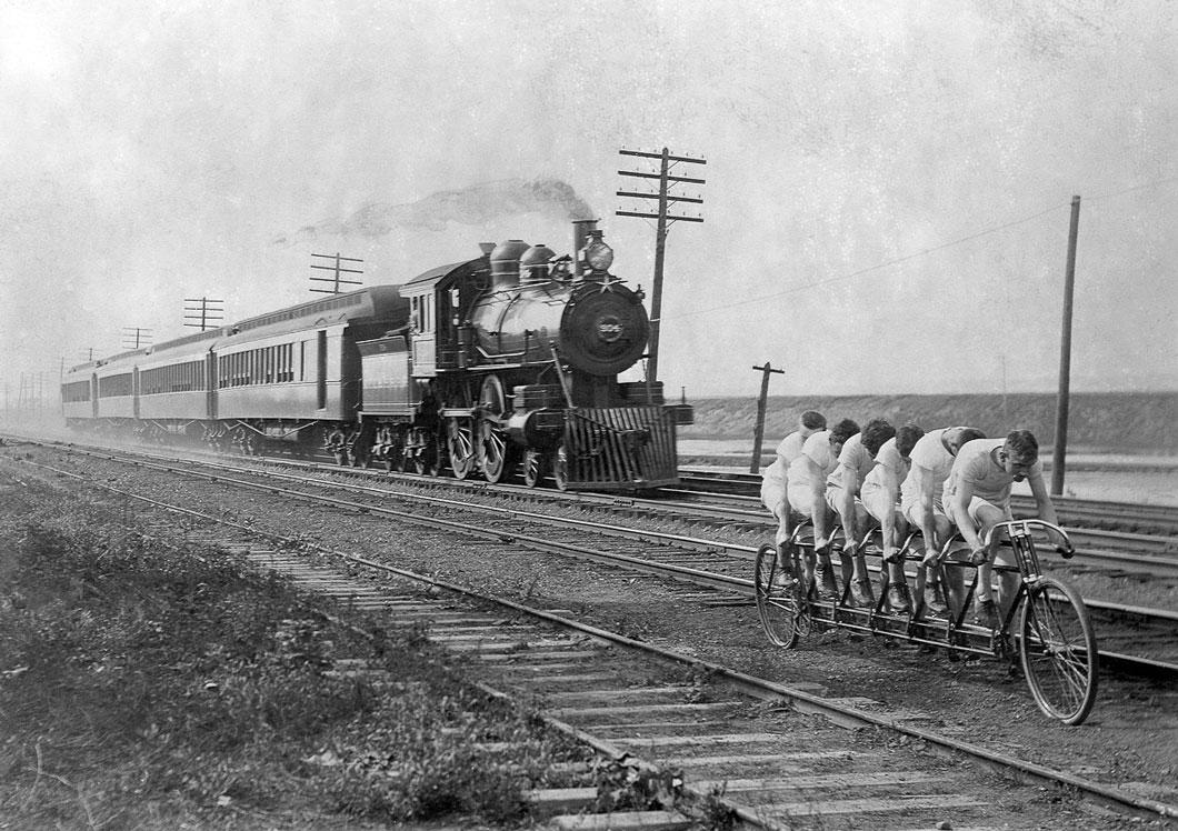 """Os Stearns Sextuplets"""" tentativa de outride um trem que puxa quatro carros."""