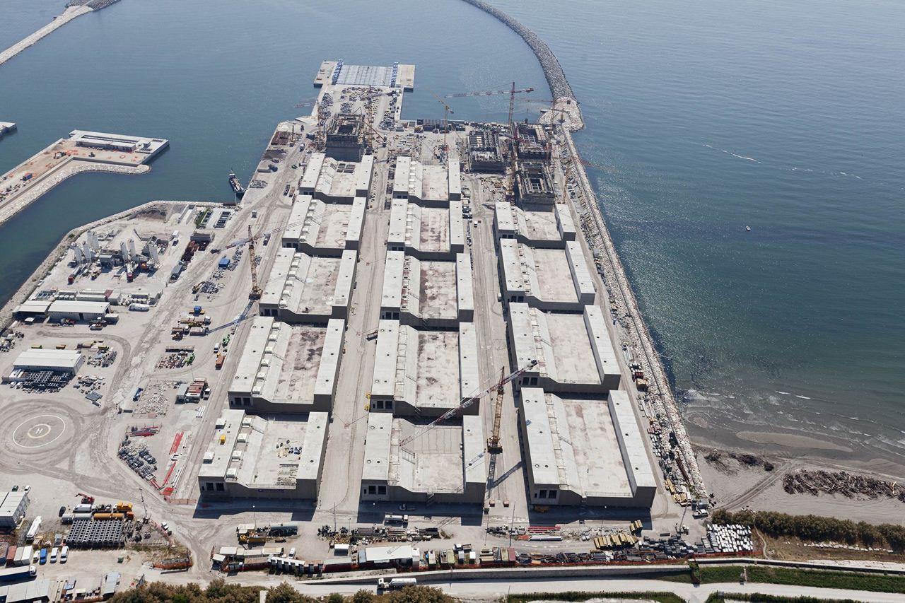 Lavori per il MO.S.E. bocca di Malamocco, costruzione dei cassoni, laguna di Venezia, foto aerea, 13-06-2013