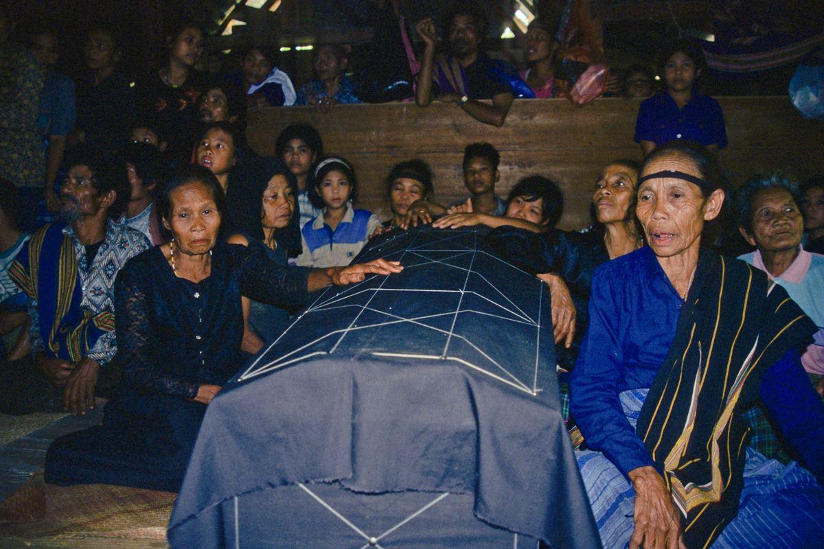 Familiares aguardando o inicio da Festa dos Mortos