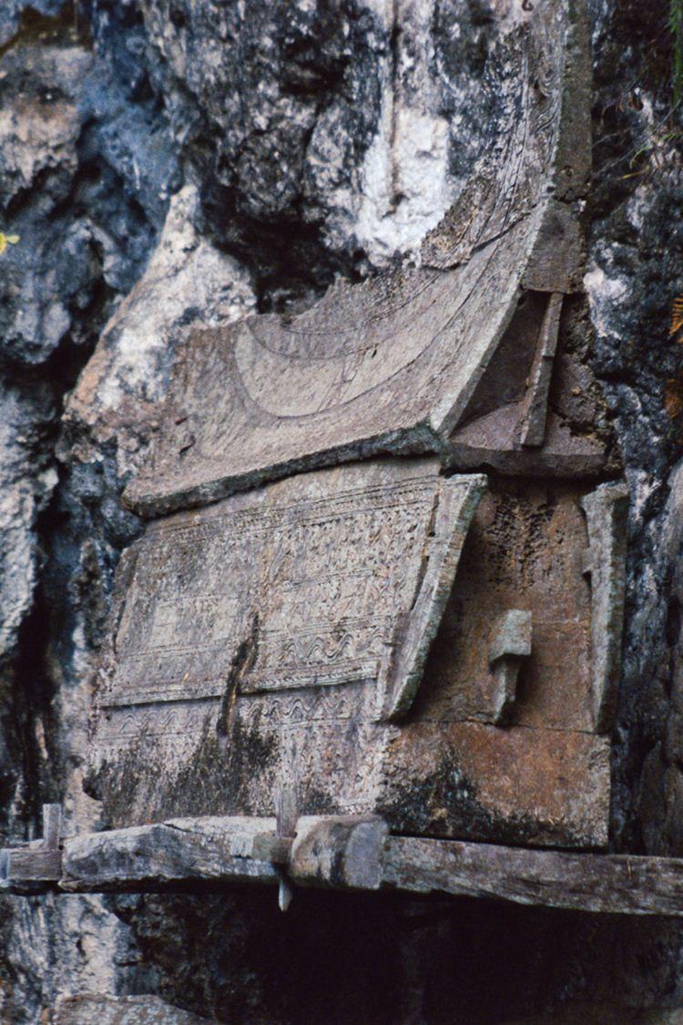Erongs são caixões esculpidos em troncos de árvores e fechados com um telhado em forma de casas toradjas