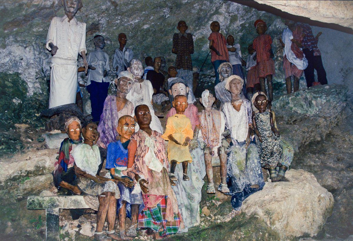 Os tau-taus de uma família, onde se pode ver várias crianças mortas ao longo dos anos