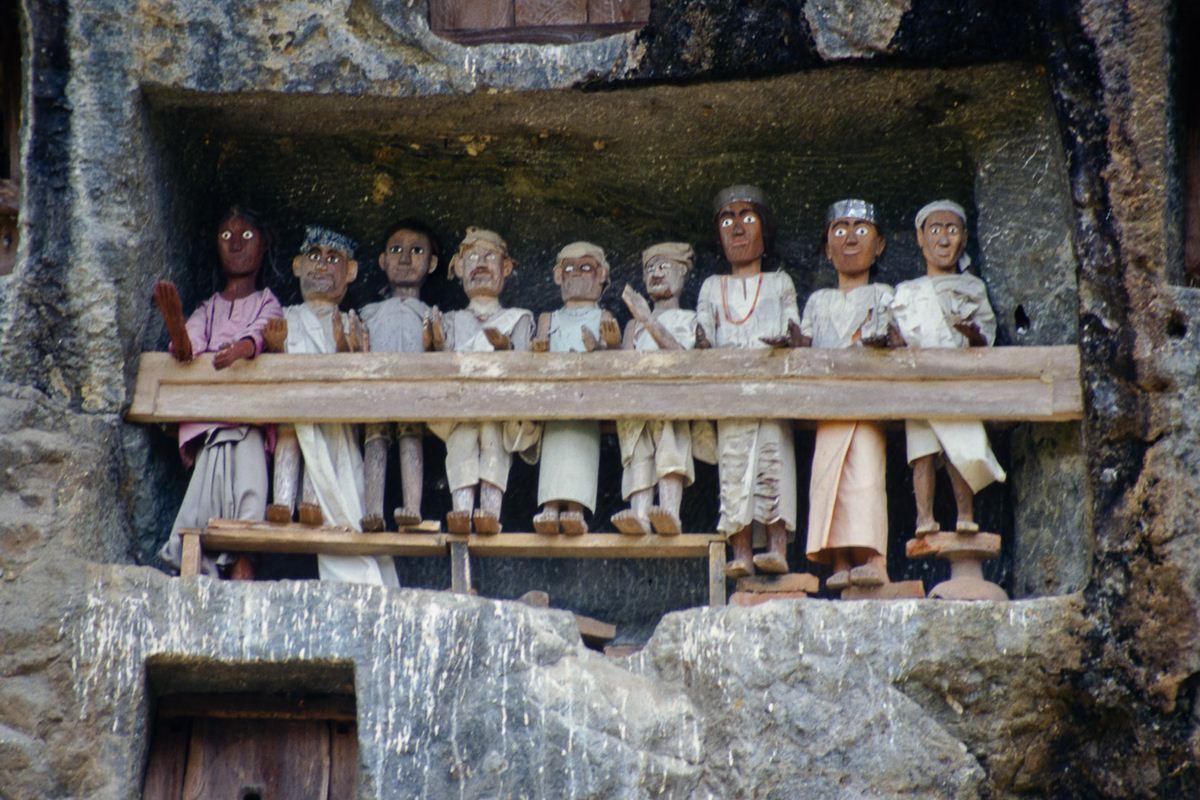 Balcão são escavados nas encostas das montanhas e os tau-taus com o olhar para a aldeia e as mãos estendidas, uma para dar e outra para receber