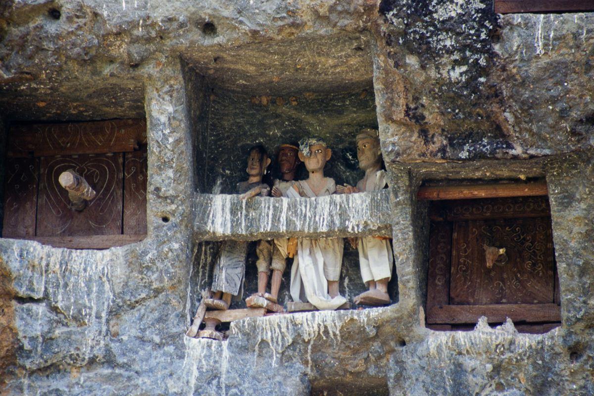 Algumas portas dos túmulos são entalhadas para ficarem parecida com as portas das casas