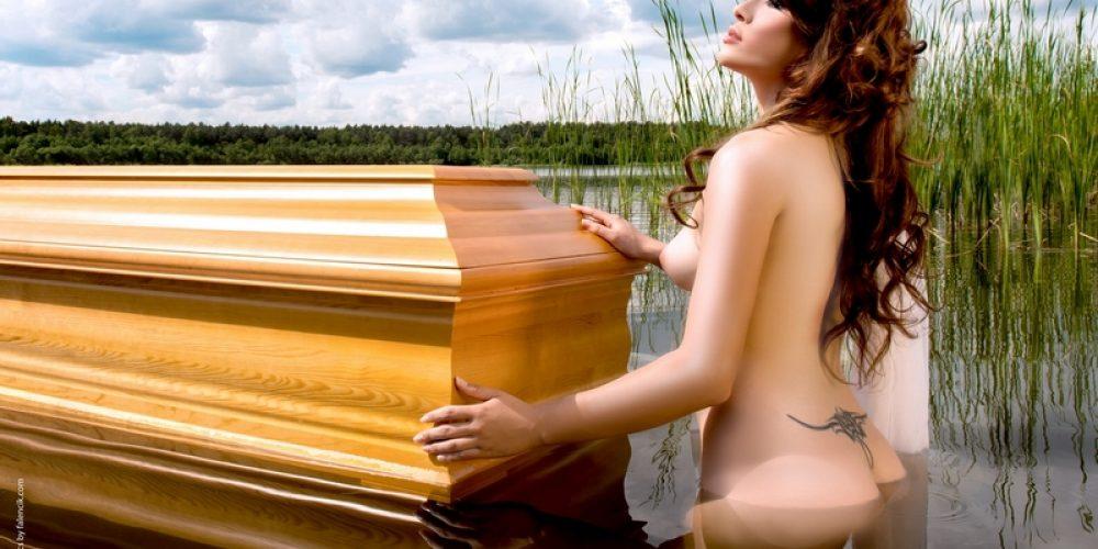 Caixões Lindner e as mulheres nuas
