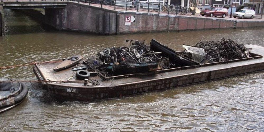 Pesca de bicicletas nos canais de Amsterdã