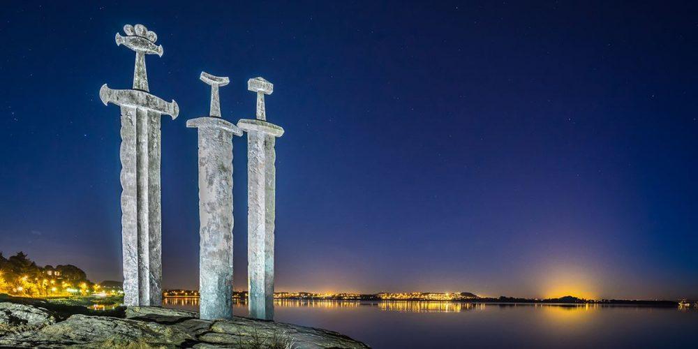 Espadas na rocha, um monumento a unificação da Noruega