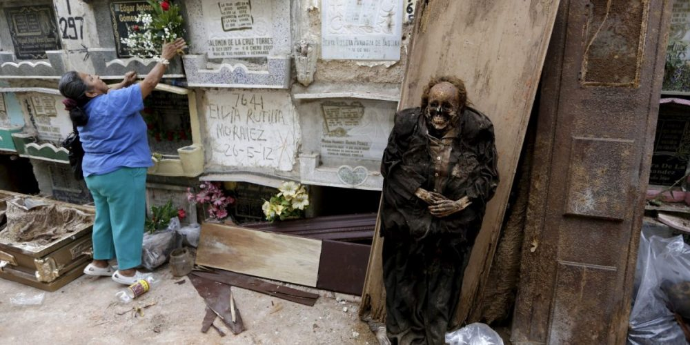 Na Guatemala, mortos são despejados de suas covas