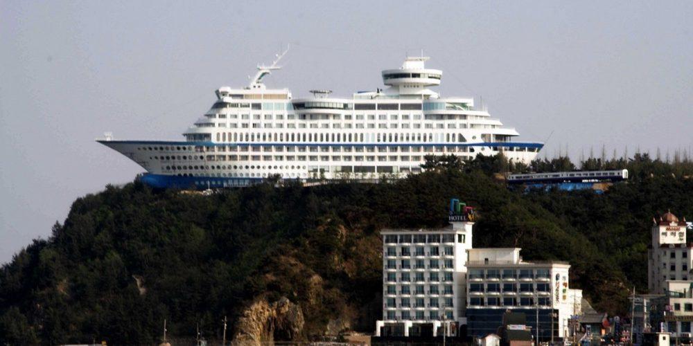 O navio sobre o penhasco em Jeongdongjin