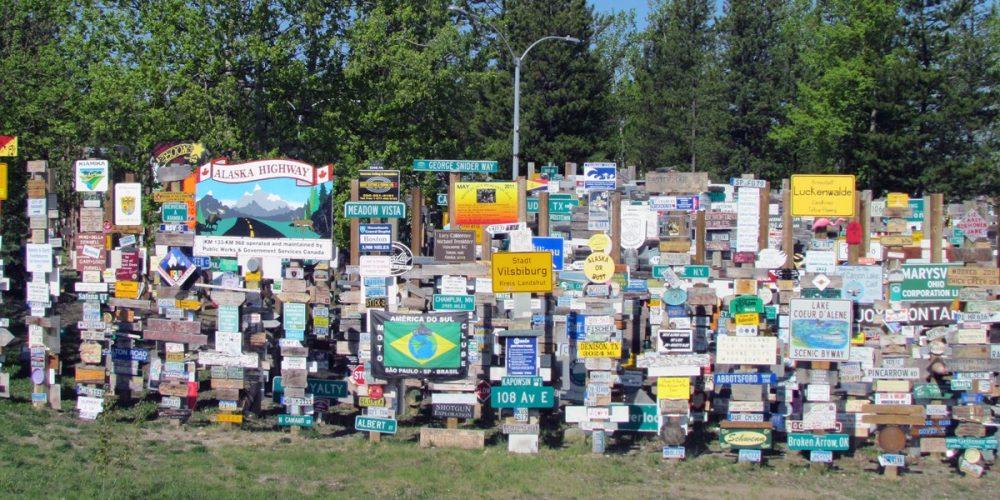 Sign Post Forest, a floresta de placas no Canadá